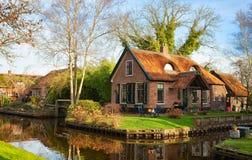 Toneelmening over het kanaal in Giethoorn op een zonnige ochtend, Nederland stock foto's