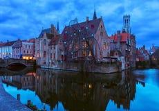Toneelmening over oude Stad van Brugge bij schemer, België stock afbeelding