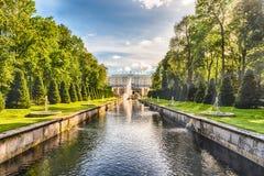 Toneelmening over Peterhof-Paleis en Overzees Kanaal, Rusland Royalty-vrije Stock Afbeelding