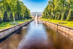 Toneelmening over Peterhof-Paleis en Overzees Kanaal, Rusland Stock Fotografie