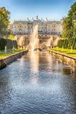 Toneelmening over Peterhof-Paleis en Overzees Kanaal, Rusland Royalty-vrije Stock Foto's