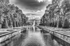 Toneelmening over Peterhof-Paleis en Overzees Kanaal, Rusland Royalty-vrije Stock Fotografie