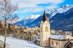 Toneelmening over Scuol-dorp en vallei op een zonnige de winterdag, Lagere Engadine, Zwitserland royalty-vrije stock afbeelding