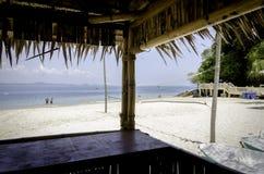 Toneelmening van bamboehut, mooi tropisch wit zandig strand bij zonnige dag Stock Foto