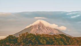 Toneelmening van Bewolkte Volcano Concepcion in Nicaragua royalty-vrije stock afbeeldingen