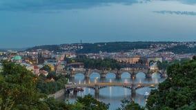Toneelmening van bruggen op de Vltava-rivierdag aan nacht timelapse en van het historische centrum van Praag: gebouwen stock videobeelden