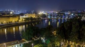 Toneelmening van bruggen op de Vltava-riviernacht timelapse en van het historische centrum van Praag: gebouwen stock footage