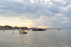 Toneelmening van Cattolica-kust bij zonsondergang, Rimini, Italië stock foto's