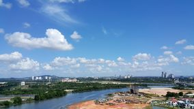 Toneelmening van cityscape van Johor Bahru met riviermening Stock Foto