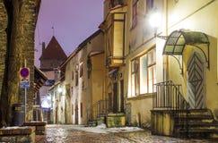 Toneelmening van de avondstraat in de Oude Stad in Tallinn, Estland Royalty-vrije Stock Fotografie