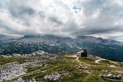 Toneelmening van de bergen van alpen een zonnige dag stock foto's