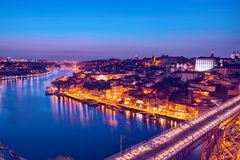 Toneelmening van de historische stad van Porto in de schemer, Portugal stock afbeelding
