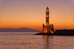 Toneelmening van de ingang aan Chania-haven met vuurtoren bij zonsondergang, Kreta Stock Afbeeldingen