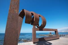 Toneelmening van een ijzerbeeldhouwwerk op 23,2016 Februari in de Boulevard van Las Amerika, Tenerife, Spanje stock foto