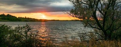 Toneelmening van een zonsondergang over Zoete Briar Lake, Noord-Dakota stock foto's