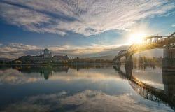 Toneelmening van Esztergom-Basiliek en Maria Valeria-brug met bezinning in de rivier van Donau, Hongarije bij zonsopgang stock foto