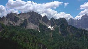 Toneelmening van het mooie landschap in de Alpen, schilderachtige aard van Italië, Tarvisio De luchtmening van het hommelpanorama stock videobeelden