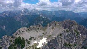 Toneelmening van het mooie landschap in de Alpen, schilderachtige aard van Italië, Tarvisio De luchtmening van het hommelpanorama stock video