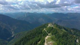 Toneelmening van het mooie landschap in de Alpen, schilderachtige aard van Italië, Tarvisio De luchtmening van het hommelpanorama stock footage
