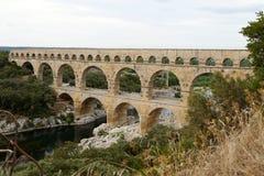 Toneelmening van het Romein gebouwde aquaduct van Pont du Gard, vers-Pont-du-G Stock Foto's