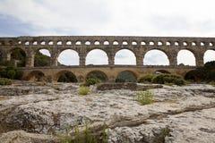 Toneelmening van het Romein gebouwde aquaduct van Pont du Gard, vers-Pont-du-G Royalty-vrije Stock Foto's