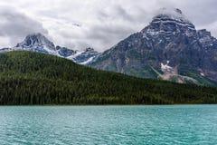 Toneelmening van Icefields-Brede rijweg met mooi aangelegd landschap Royalty-vrije Stock Foto