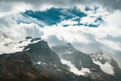 Toneelmening van Icefields-Brede rijweg met mooi aangelegd landschap en Cirrusberg in het Nationale Park van Banff Het reist door stock afbeelding