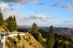 Toneelmening van Karpatische Bergen in Roemenië en een weg Stock Afbeeldingen
