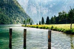 Toneelmening van Konigssee in Beieren een nevelige dag stock foto