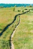toneelmening van landelijk landschap met door weg stock foto