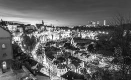 Toneelmening van oud deel van de stad van Luxemburg, Grund, bij nacht stock fotografie