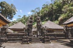toneelmening van oude architectuur van Tempel Complexe en Koninklijke Graven met blauwe rond hemel en groene installaties, stock fotografie