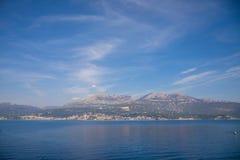 Toneelmening van oude stad, bergen en de kust van water van Kotor-baai, Montenegro royalty-vrije stock foto