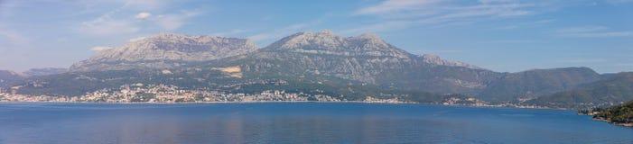 Toneelmening van oude stad, bergen en de kust van water van Kotor-baai, Montenegro stock afbeelding