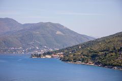 Toneelmening van oude stad, bergen en de kust van water van Kotor-baai, Montenegro stock fotografie