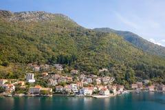 Toneelmening van oude stad, bergen en de kust van water van Kotor-baai, Montenegro royalty-vrije stock afbeeldingen