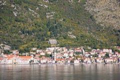 Toneelmening van oude stad, bergen en de kust van water van Kotor-baai, Montenegro stock foto's