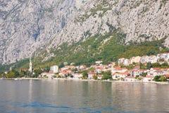 Toneelmening van oude stad, bergen en de kust van water van Kotor-baai, Montenegro royalty-vrije stock fotografie