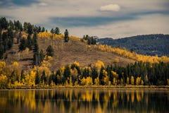 Toneelmening van rivier in de herfst Stock Afbeeldingen