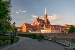Toneelmening van st Bartholomew kerk op Tumski-Eiland in zonsonderganglicht Wroclaw, Polen royalty-vrije stock foto's