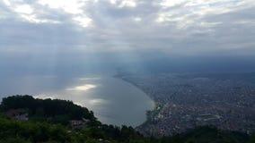 Toneelmening van stad vanaf bovenkant van een berg Stock Foto's
