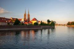 Toneelmening van Tumski-Eiland en Odra-Rivier bij zonsondergang Wroclaw, Polen stock afbeeldingen