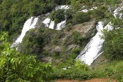 Toneelmening van tweelingwatervallen in bergen royalty-vrije stock afbeelding