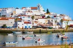 Toneelmening van vissersboten in Ferragudo, Portugal Stock Foto