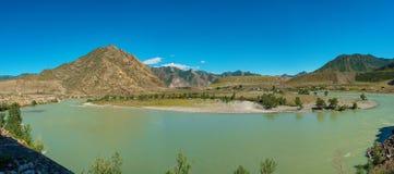 Toneelmeningen van de Turkooise Katun-rivier en de Altai-bergen in de herfst, Rusland stock afbeeldingen