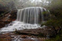 Toneelmeningen van Misty Weeping Rock in Wentworth Falls royalty-vrije stock afbeeldingen