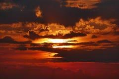 Toneelmeningszonsopgang achter de Wolken Royalty-vrije Stock Afbeelding