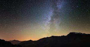 Toneelmeteoorexplosie met stardust tijdens tijdtijdspanne van de Melkweg en de sterrige hemel die over de Alpen roteren stock videobeelden