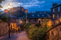 Toneelnachtgezicht in de oude stad van Edinburgh, Schotland royalty-vrije stock foto's