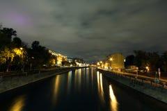 Toneelnachtmening van de rivier van nachtmoskou stock afbeeldingen